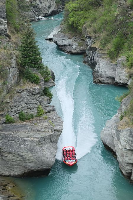 shotover_jet_boat_zooming_out_of_shotover_canyon_at_arthurs_point